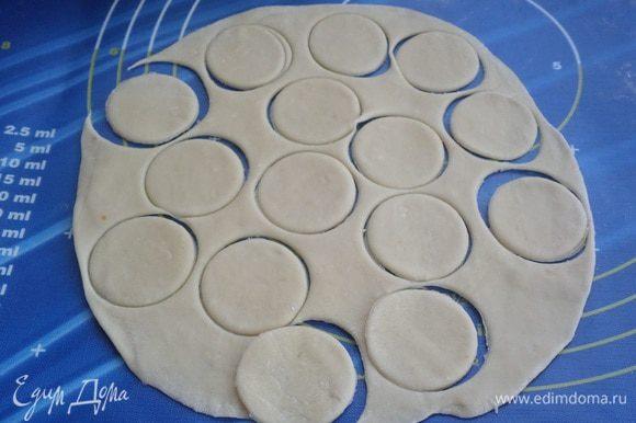 На рабочей поверхности раскатываем тесто в виде тонкой лепешки. Стаканом вырезаем кружки (можно воспользоваться формой-вырубкой для печенья).