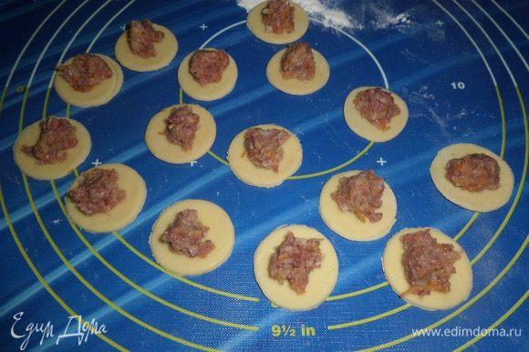 На кружки теста выкладываем приготовленную начинку.