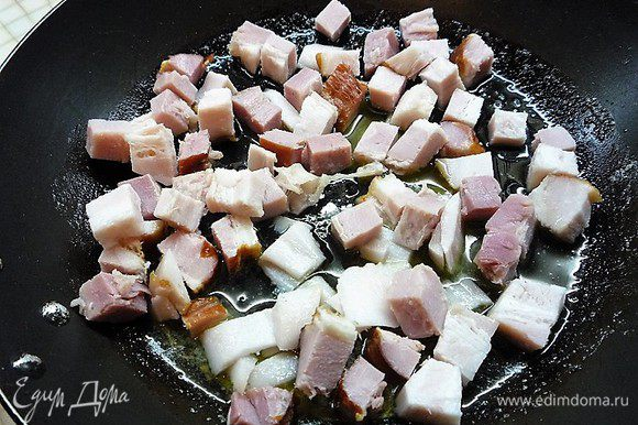 Раскаляем на сковороде сливочное масло и обжариваем в нем бекон до золотистого цвета. Зачерпнем 2 ст. ложки масла со сковороды и добавим его в тесто для блинчиков.