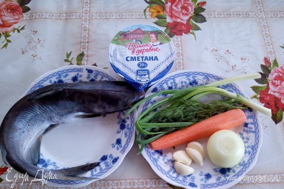 Подготавливаем продукты. Рыбу чистим и хорошо промываем водой. Рис отвариваем до полуготовности.