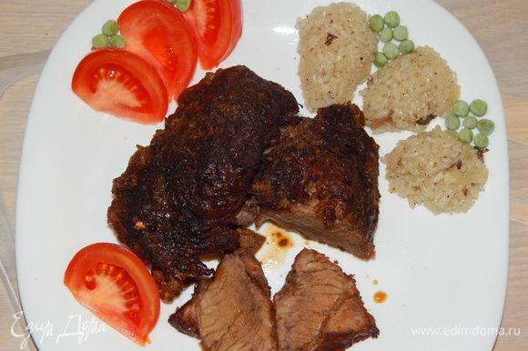 Выложить мясо на блюдо, полить соком из рукава. Подавать с овощами. На гарнир у меня рис с грибами. Благодаря долгому маринованию говядина получается сочной, тающей во рту. Приятного аппетита!