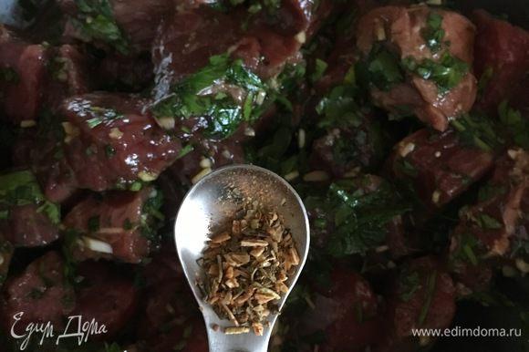 Говядину нарезать кубиками 2x2 см. Смешать соевый соус и вустерширский соус, итальянские травы для маринада. Порубить мелко чеснок и петрушку. Смешать все ингредиенты, перелить в пакет с застежкой или смешать в сосуде каком-либо, удобном для вас. Замариновать кубики говядины минимум на 4 часа. Максимальное время — 24 часа. Отправить в холодильник.