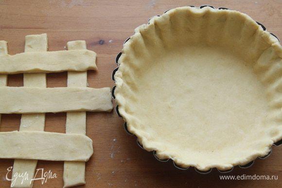 1/3 часть теста раскатать в пласт, нарезать на полоски (для решетки). 2/3 части теста раскатать и поместить в форму для пирога.