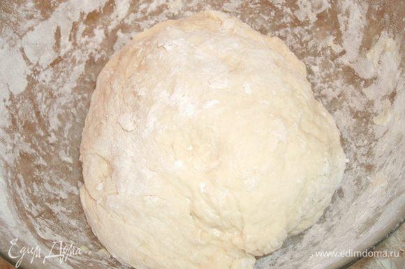 Замешиваем тесто. Соль растворяем в воде, вбиваем яйцо. Добавляем просеянную муку и вымешиваем тесто. Муки может понадобиться чуть больше или меньше, в зависимости от ее сорта и марки.
