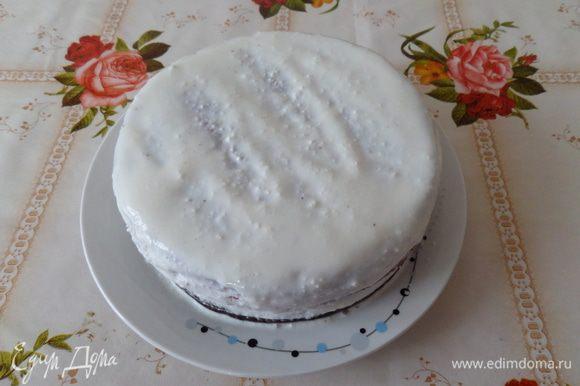 Собираем пирог-торт, выкладывая коржи друг на друга и промазывая их кремом. Выкладываем крем и равномерно распределяем на верхнем корже и по бокам пирога-торта. Пирог ставим в холодильник на 2 часа.