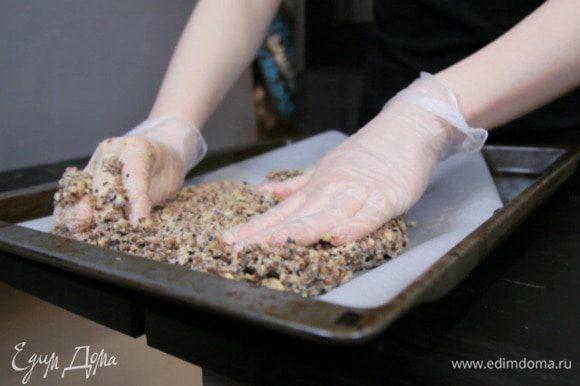 Выложить тонким слоем на противень и убрать в духовку на 13 — 15 минут при температуре 180°С.