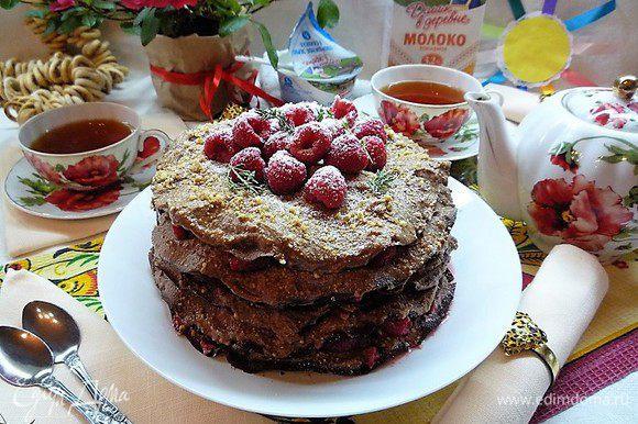 Сверху украшаем ягодами малины, свежими веточками тимьяна и посыпаем сахарной пудрой.