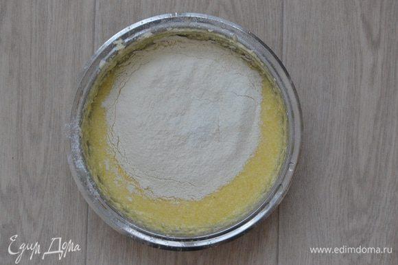 Муку, крахмал и разрыхлитель просеять вместе в отдельной миске и добавить в яично-масляную смесь.