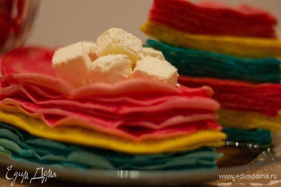 А для тех, кто сладкое любит, придумали такой вариант: стопку блинов разрезали наподобие торта, полили кленовым сиропом и украсили кубиками пломбира. Приятного аппетита!