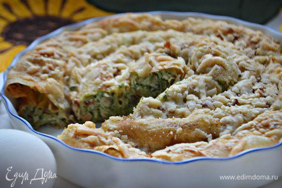 Подавайте пирог теплым, хотя и в холодном виде он тоже очень вкусный.
