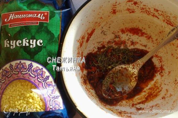 Для маринада соединяем молотую паприку, соль, соевый соус, свежемолотый перец черный, сухой тимьян, пропущенный через пресс чеснок.