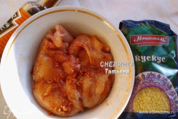 Обмазываем куриную грудку с двух сторон маринадом, закрываем пищевой пленкой, оставляем.