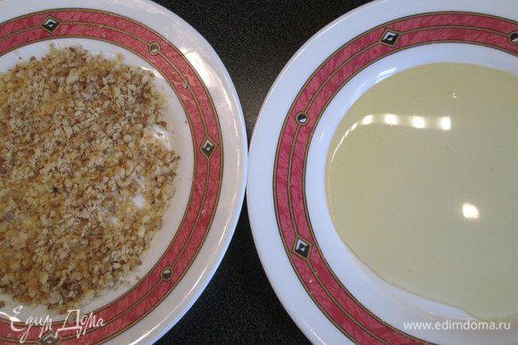 Пока выпекается печенье, выкладываем на тарелочки измельченные грецкие орехи и жидкий мед.