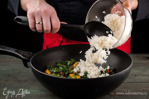 Добавить отварной рис, паприку, влить соевый соус. Перемешать и подержать на огне еще 1 — 2 минуты.