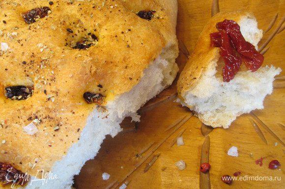 Отламываем кусочек и наслаждаемся чудесным вкусным хлебушком!
