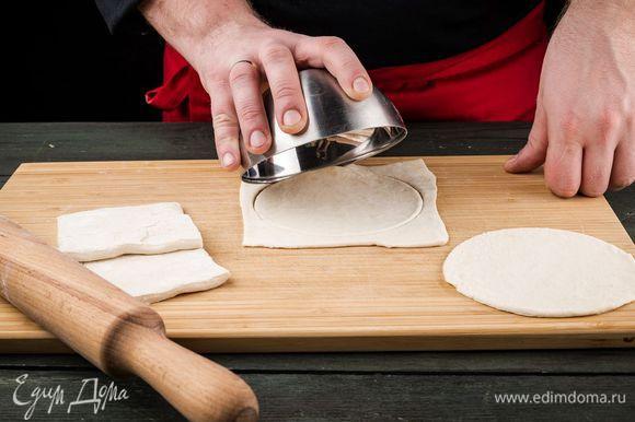 Раскатываем тесто и формируем круги.