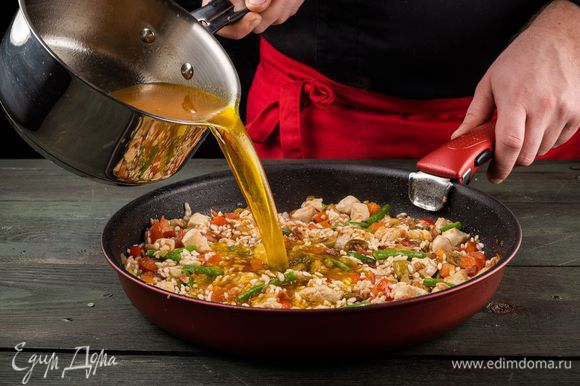 Заливаем рис процеженным бульоном, добавляем вино и даем немного выпариться. Соотношение 1/3.