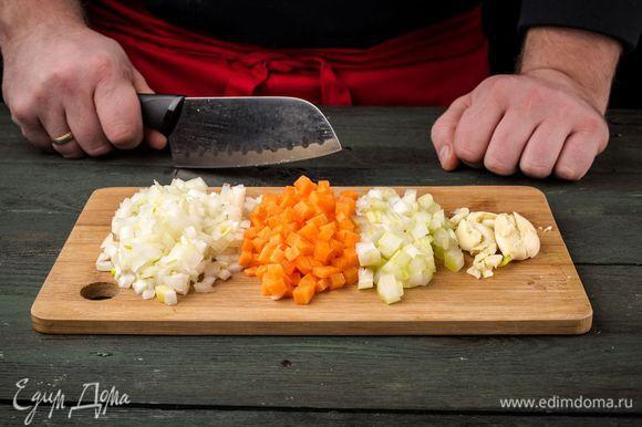 Лук, морковь, сельдерей и чеснок почистить и мелко нарезать.
