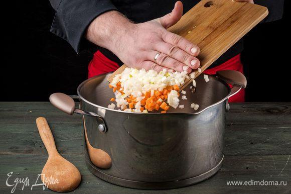 В тяжелой кастрюле разогреть 2 ст. ложки оливкового масла, выложить все овощи и обжаривать 5 — 7 минут, пока они не станут мягкими.