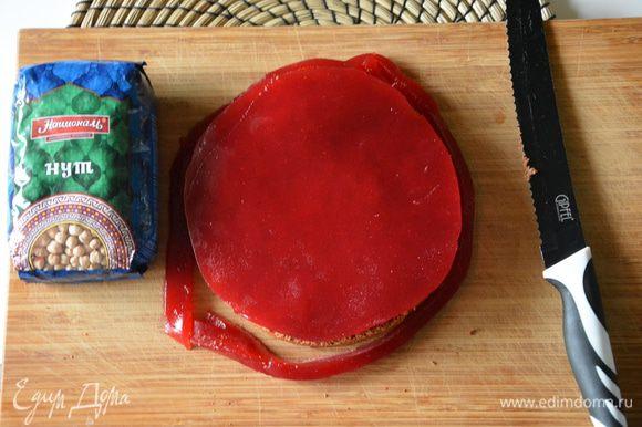 1 слой бисквита положить на желе, перевернуть все вместе на доску и аккуратно вынуть желе из формы прямо с бисквитом. Подровнять желе по форме бисквита.