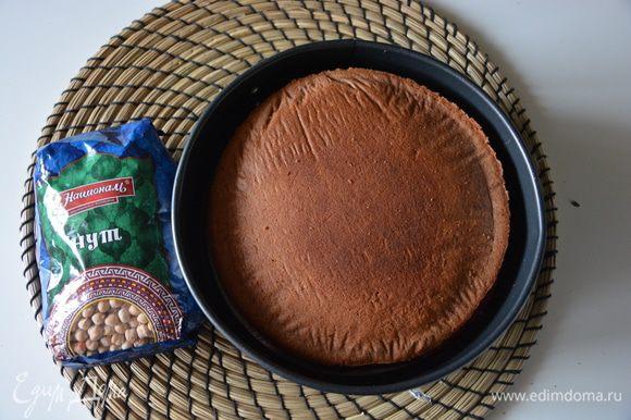 В разъемную форму 20 см выложить бисквит с желе, сверху положить второй бисквит.