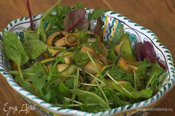 В глубокое блюдо выложить нарезанный фенхель, цукини и салатные листья, посыпать все фундуком, а сверху разложить горох в маринаде.