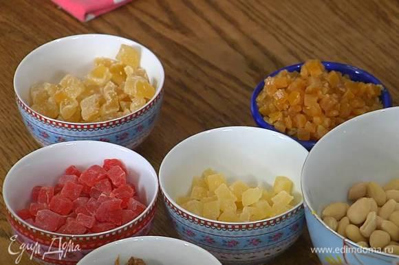 Все крупные сухофрукты и цукаты нарезать небольшими кусочками.