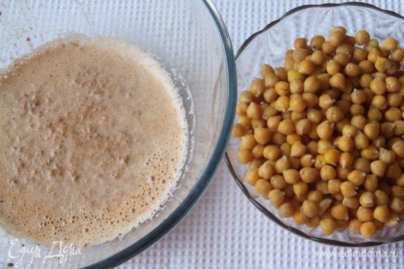 В молочную смесь добавить нут. Оставить несколько горошин для украшения блюда.