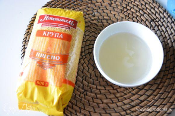 Смешать сахар, воду, сок лайма и лимона. Варить сироп 5-7 минут на медленном огне. Желательно остудить.
