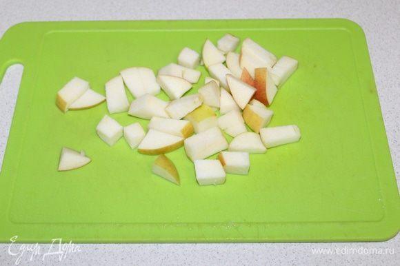 Яблоко нарезать кубиками и отправить в суп.
