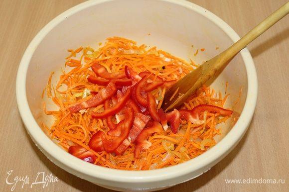 По вашему любимому рецепту приготовить морковь по-корейски, болгарский перец порезать соломкой, добавить к моркови.