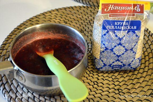 Довести сироп до кипения и варить, пока клюква не начнет лопаться. Снять с плиты, можно ложкой немного раздавить ягоды. Добавить мед, корицу и перемешать.