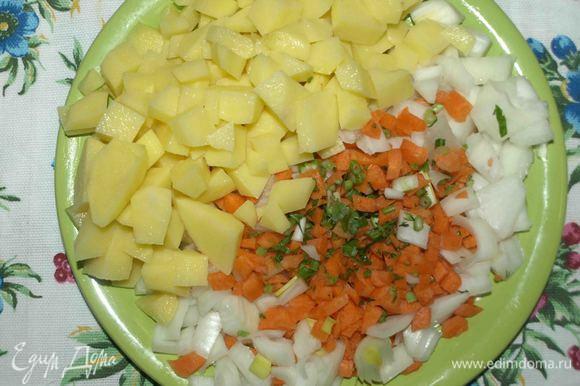 1,200 л очищенной или минеральной воды довести до кипения, добавить мелко нарезанный лук, стебли петрушки, морковь, картофель и варить до готовности картофеля.