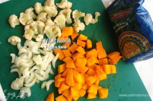 Готовим овощи. Нарезаем сельдерей, тыкву и на мелкие соцветия цветную капусту.