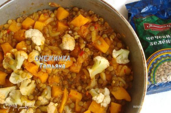 Кладем овощи в сковороду, держим около 5–7 минут. Солим блюдо, пробуем. Если вам кажется, что жидкости маловато, на этом этапе добавьте горячей воды.