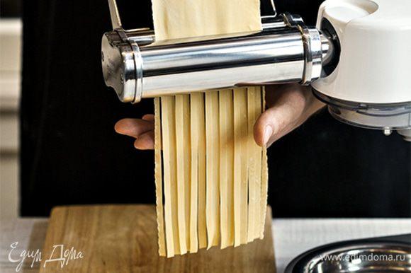Затем быстро раскатайте тесто с помощью насадки для раскатки и нарежьте его, воспользовавшись насадкой для приготовления тальятелле. Приготовление домашней пасты займет всего 10–15 минут, а результат превзойдет все ваши ожидания.