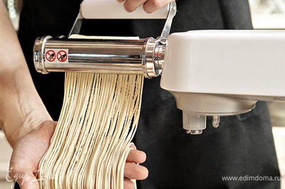Возьмите магазинные спагетти или приготовьте натуральные, свежие домашние спагетти с помощью кухонной машины KENWOOD. Для этого смешайте в чаше пшеничную муку, соль, 4 яйца и 1 желток. Замесите эластичное тесто, используя насадку крюк. Затем быстро раскатайте тесто с помощью насадки для раскатки и нарежьте его, воспользовавшись насадкой для приготовления спагетти. Приготовление домашней пасты займет всего 10–15 минут, а результат превзойдет все ваши ожидания.
