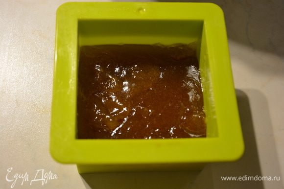 Силиконовую форму смазать растительным маслом. Вылить мармеладную жидкость. Остудить.