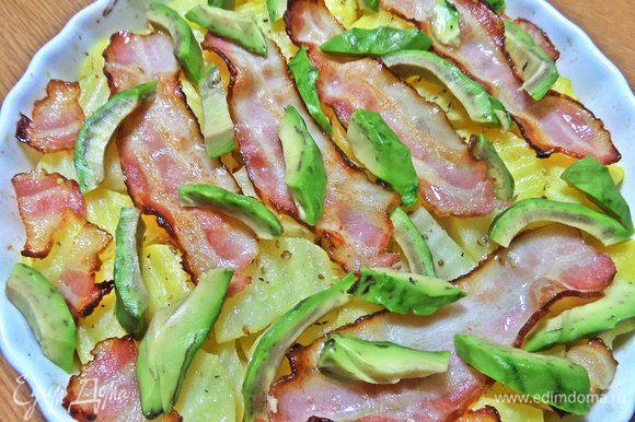 В форму после духовки, нарезать авокадо любым способом.