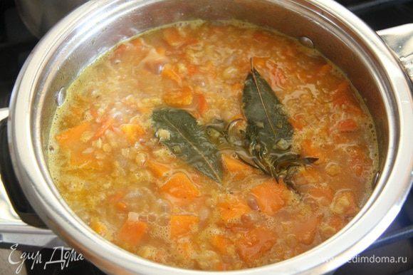 Добавить 1,5-2 л кипятка. Варить суп 20-25 минут.