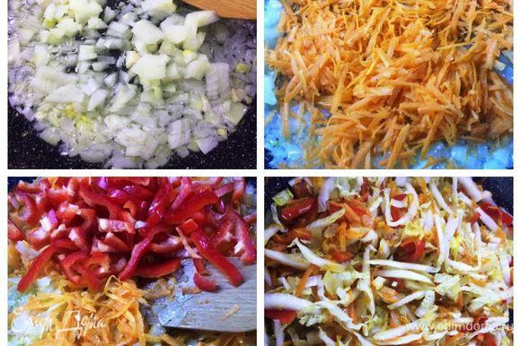 Тесто для пирога у меня готовое, поэтому начинаем с начинки. На растительном масле для начала обжариваем лук до мягкости, добавляем тертую морковь. Затем нарезанный болгарский перец и пекинскую капусту. Солим, перчим по вкусу.