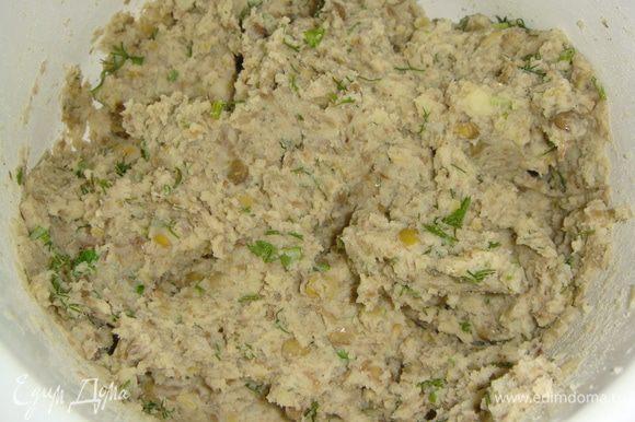 Картофель почистить и отварить. Помять толкушкой, без добавления воды. Зелень помыть, обсушить бумажным полотенцем и мелко нарезать. Все ингрединты для начинки смешать, посолить и поперчить по вкусу.