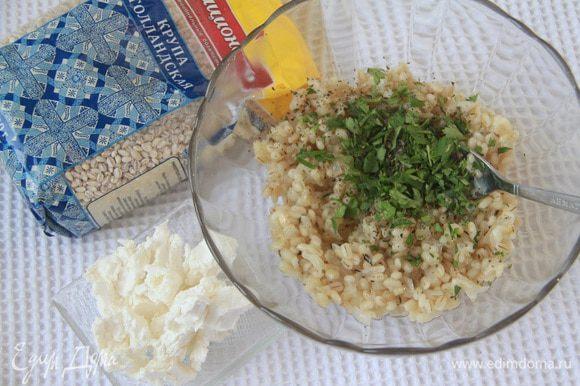 В перловую крупу добавить зелень и фету, перемешать, посолить по вкусу — начинка готова.