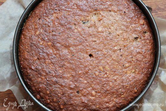 Выпекаем до сухой лучины. Пирог легко отходит от формы. Немного остужаем и вынимаем из формы.