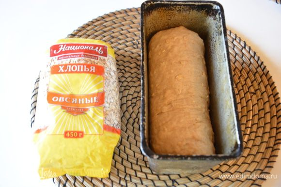 Скатать из теста батон и выложить в форму для выпечки, смазанную маслом.