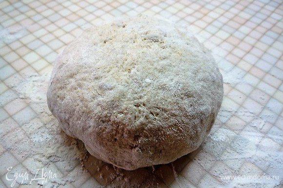 Вымешиваем тесто на столе, пока оно не станет гладким. Смазываем подсолнечным маслом, перекладываем в чашку и даем тесту подойти 1 час, накрыв кухонным полотенцем или пищевой пленкой.