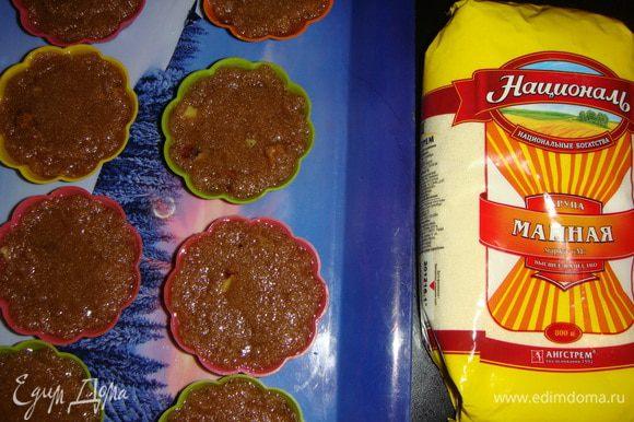 Разложить ложкой горячую смесь по силиконовым формочкам для кексов и оставить до полного остывания.