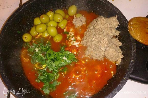 Выкладываем в сотейник рубленые томаты в собственном соку, добавляем консервированного тунца, оливки, чеснок, петрушку и чили.