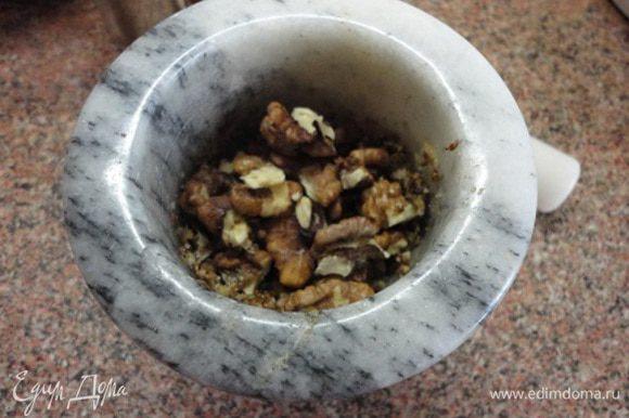 Добавить орехи и истолочь до однородного состояния. Влить винный уксус и полстакана отвара. Перемешать и переложить в сковороду к обжаренному луку. Добавить еще с полстакана отвара и тушить на медленном огне под крышкой 5-7 минут.