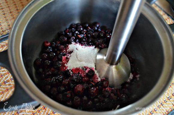 Блендером перетереть ягоды смородины с сахаром. Если вам будет недостаточно сахара, то добавьте по своему вкусу.